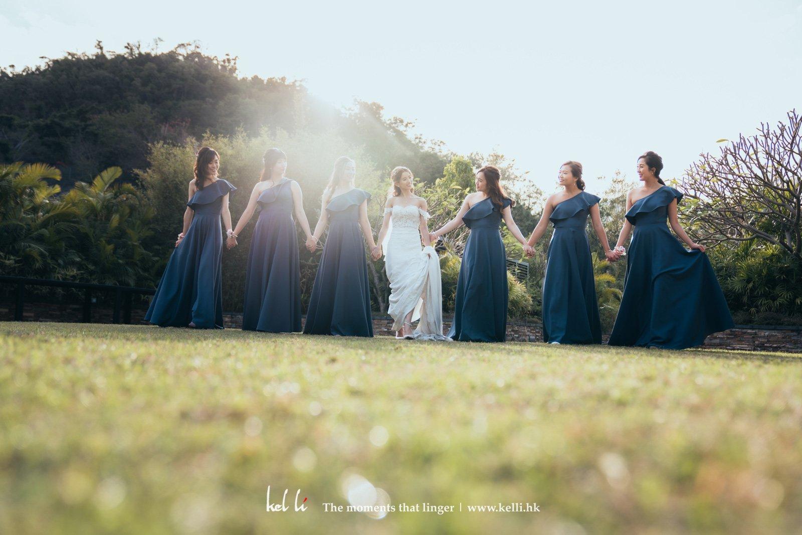 姊妹們一身藍調色彩的裙子也很值得注意,獨特又不失優雅感,增添活潑。