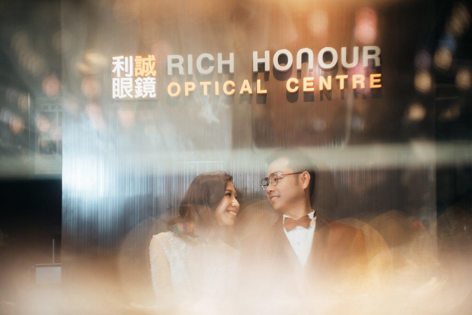 在眼鏡店證婚,確實新鮮又有故事性